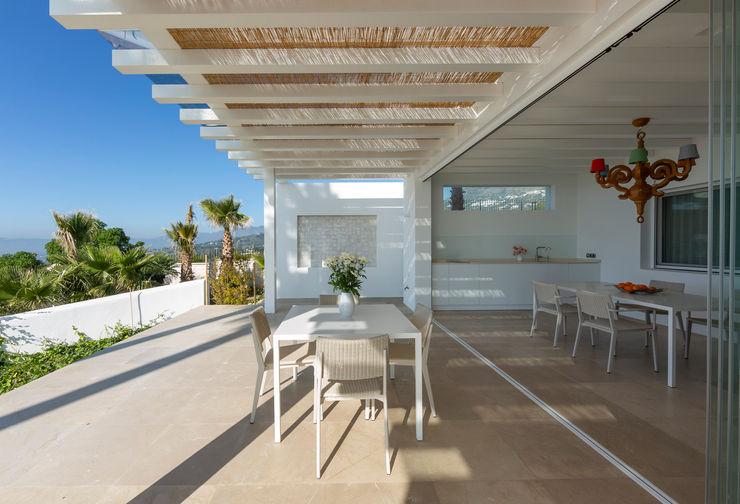Villa Mijas Alejandro Giménez Architects Balcones y terrazas de estilo mediterráneo
