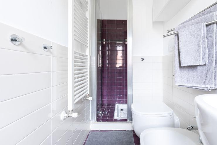 Bagno, zona doccia Conteduca Panella architetti Bagno in stile scandinavo Ceramica Viola/Ciclamino