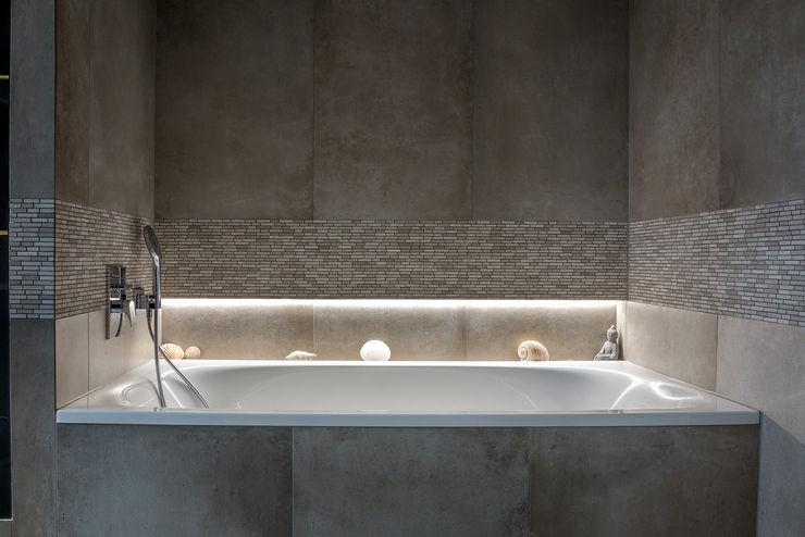 Bathtub CONSCIOUS DESIGN - INTERIORS Modern Bathroom Tiles Beige