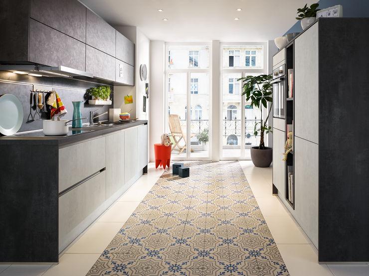 Stylische Küche in Beton-Optik von Global Küchen Spitzhüttl Home Company Küchenzeile Grau