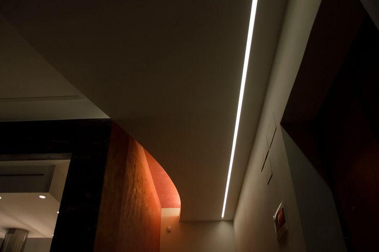 OPA Architetti Pasillos, vestíbulos y escaleras modernos