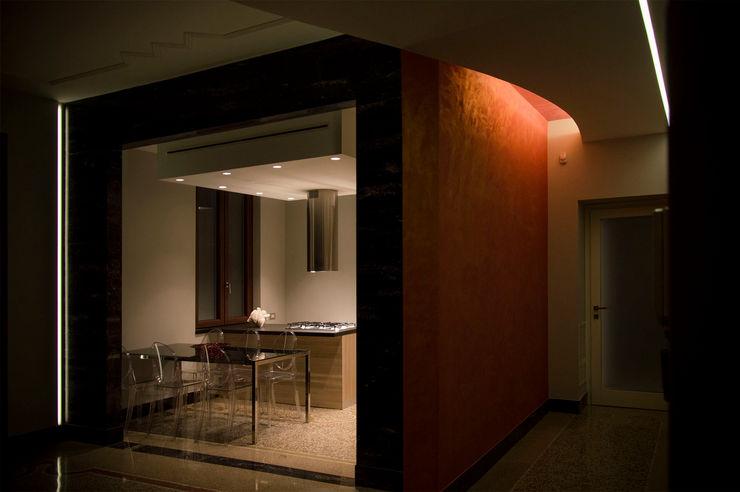OPA Architetti Pasillos, vestíbulos y escaleras modernos Naranja