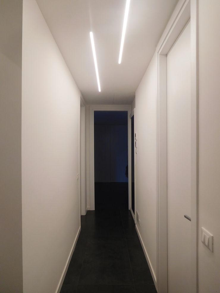 Corridoio Studio di Architettura IATTONI Ingresso, Corridoio & Scale in stile minimalista Bianco