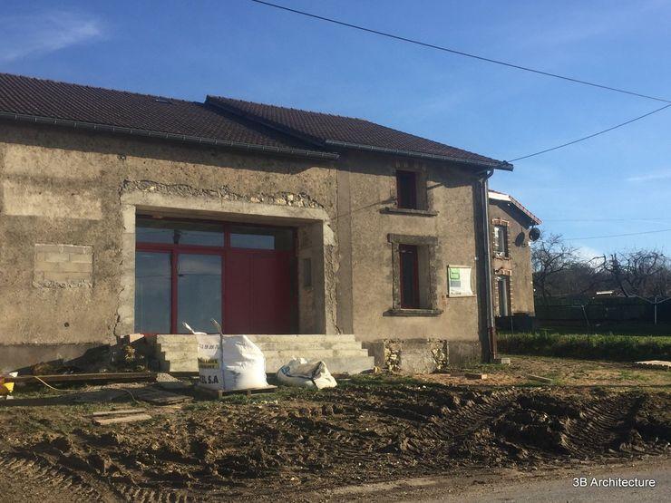 Travaux - Mise en oeuvre des menuiseries extérieures bois 3B Architecture Fenêtres & Portes modernes Rouge