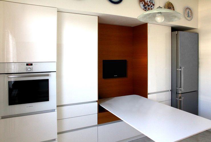 PARETE DI CONTENIMENTO MOLTENI / BARON ASSOCIATI Cucina moderna Legno Bianco