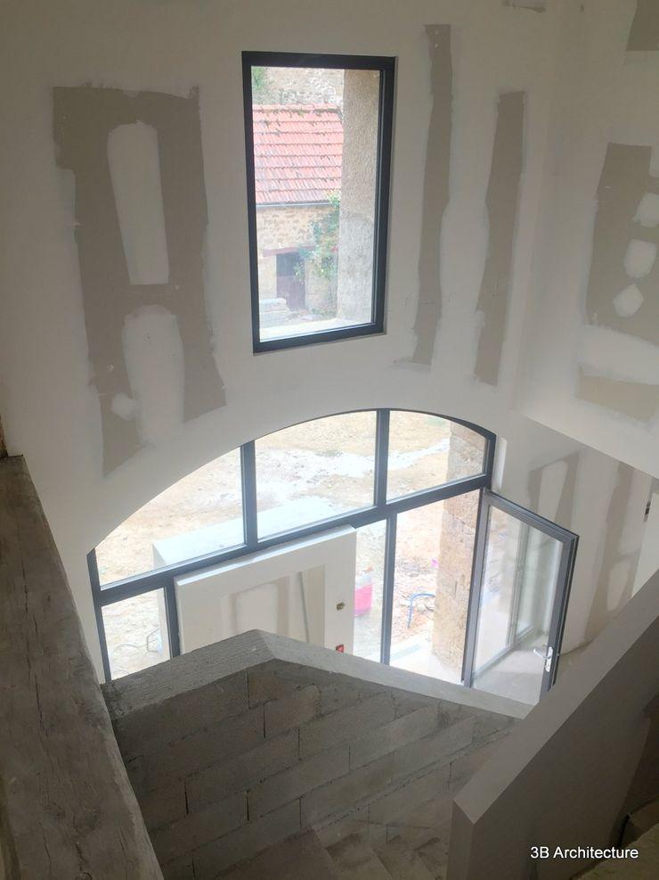 Vue de l'aménagement du hall d'entrée et de la cage d'escalier 3B Architecture Couloir, entrée, escaliers modernes Blanc