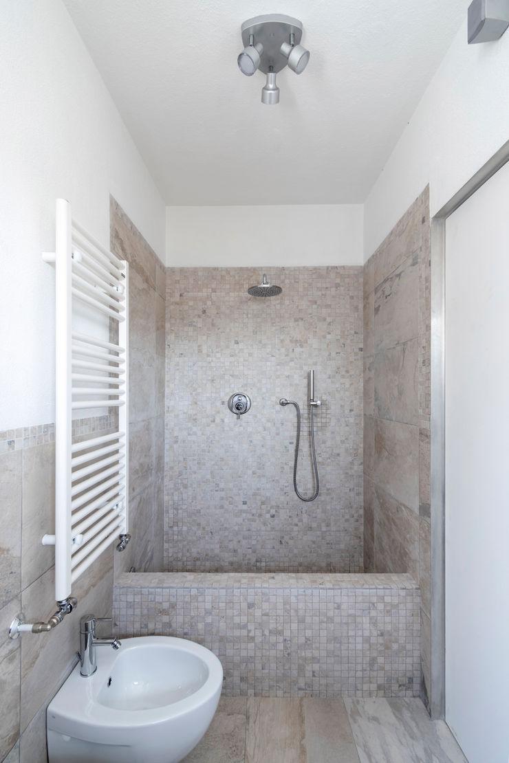 Casa con panorama MAMESTUDIO Bagno minimalista