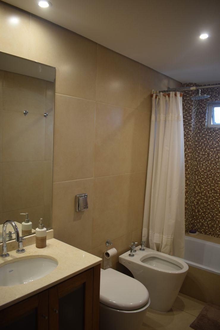 Departamento Lamarca - Baño 01 D4-Arquitectos Baños de estilo moderno Cerámico Beige