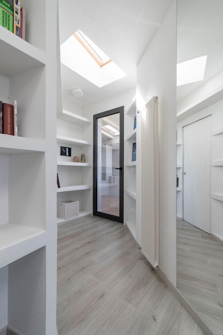 Casa con panorama MAMESTUDIO Ingresso, Corridoio & Scale in stile minimalista