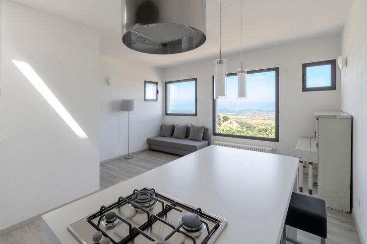 Casa con panorama MAMESTUDIO Cucina minimalista