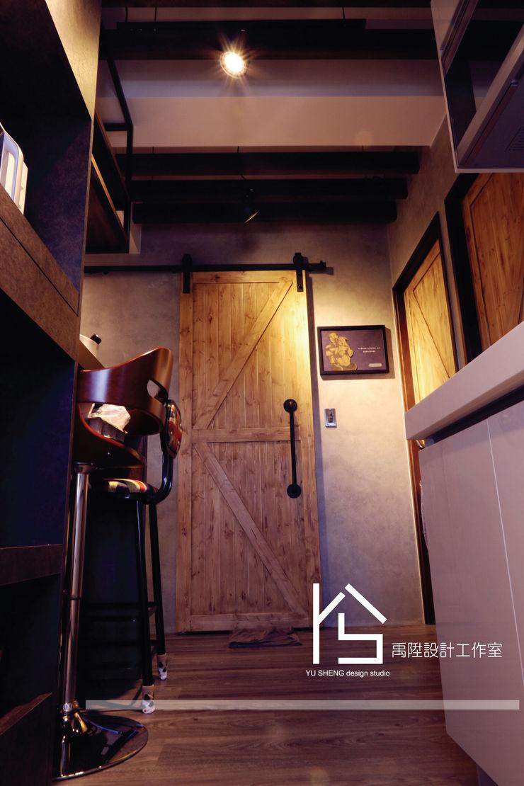禹陞設計工作室 Industrial corridor, hallway & stairs Solid Wood Grey