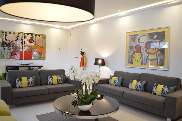 Modern living room painted in bright colours V Fix Maintenance モダンデザインの リビング 白色