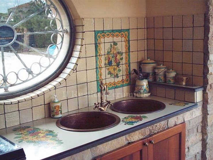 Cucina in muratura in pietra rustica con ceramiche di Caltagirone presso Agrigento Ceramiche Il Rustico Caltagirone Cucina attrezzata Pietra Bianco