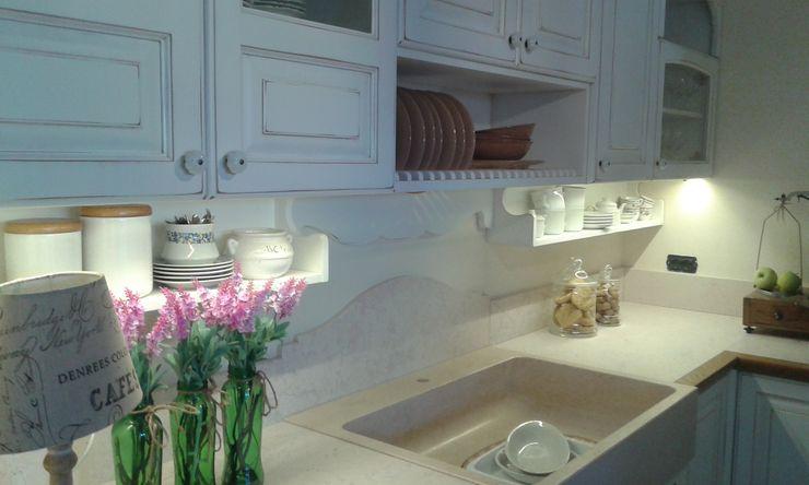 Pilozza in marmo DE PASCALIS MOBILI produzione cucine e arredi su misura Cucina attrezzata Legno Bianco