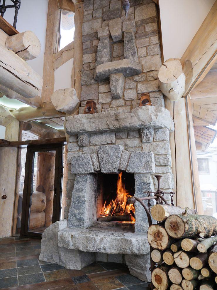 Камин в деревянном доме Big House ГостинаяКамины и аксессуары Камень