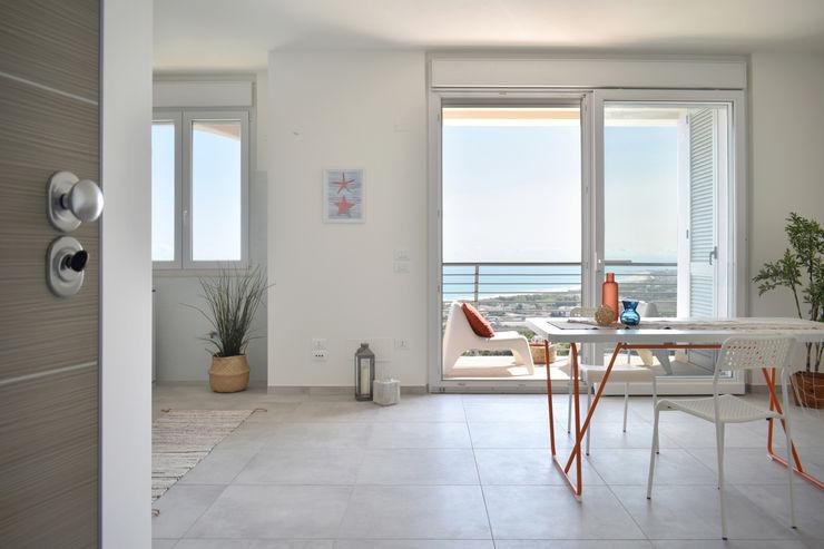 Home Staging appartamento vista mare Sonia Santirocco architetto e home stager Soggiorno in stile mediterraneo