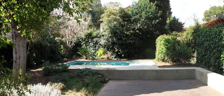 piscina y solarium ESTUDI NAO arquitectura Piscinas de estilo mediterráneo Hormigón Verde