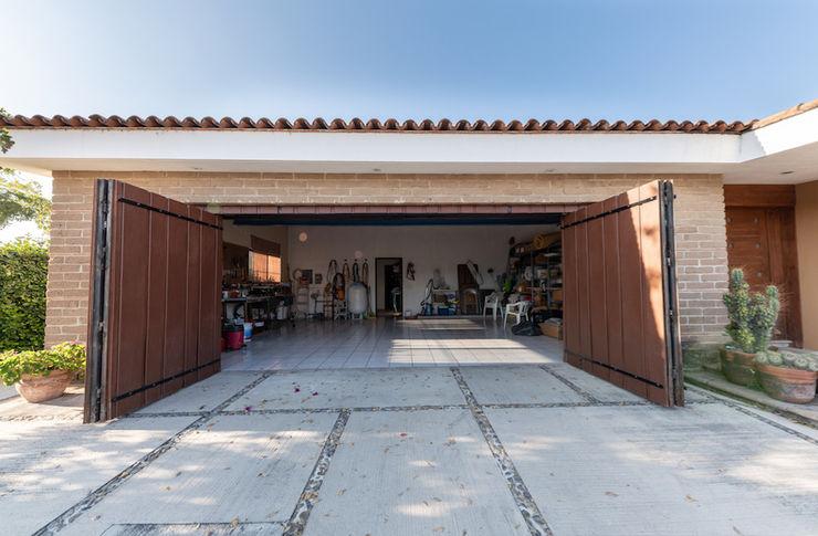 Inmobiliaria Punto 30 Rustic style garage/shed