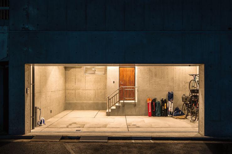 地下1階ガレージ夕景 鈴木賢建築設計事務所/SATOSHI SUZUKI ARCHITECT OFFICE モダンデザインの ガレージ・物置