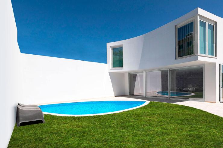 Exterior | Pátio com piscina CVZ Construções Moradias Branco