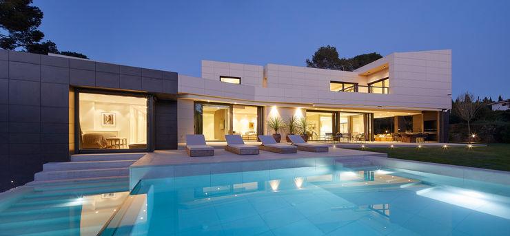 Una piscina maravillosa de día y de noche ROSA GRES Piscinas de jardín Cerámico Blanco