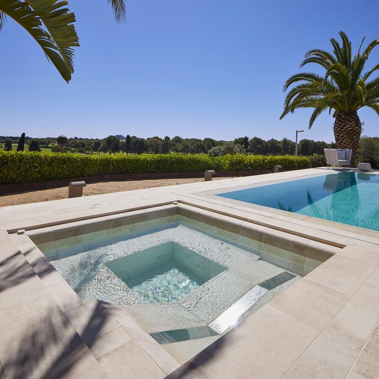 La zona Spa de la piscina ROSA GRES Piscinas de jardín Cerámico Beige