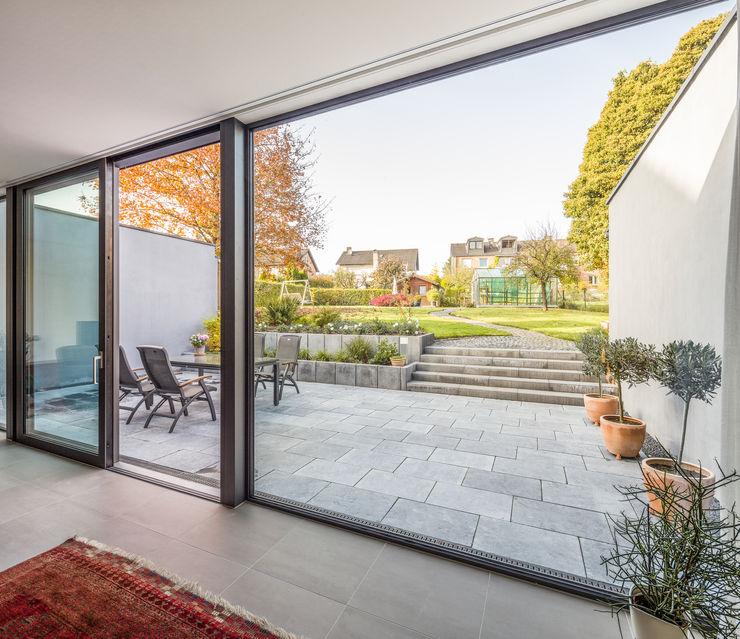 Wohnraum mit Terrassenblick ZHAC / Zweering Helmus Architektur+Consulting Moderne Wohnzimmer Glas