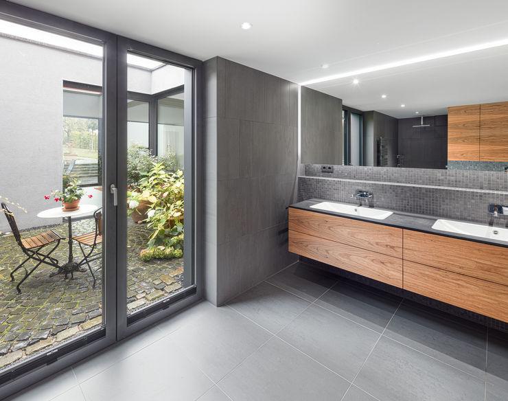 Bad mit Blick in den Patio ZHAC / Zweering Helmus Architektur+Consulting Moderne Badezimmer Holz Grau