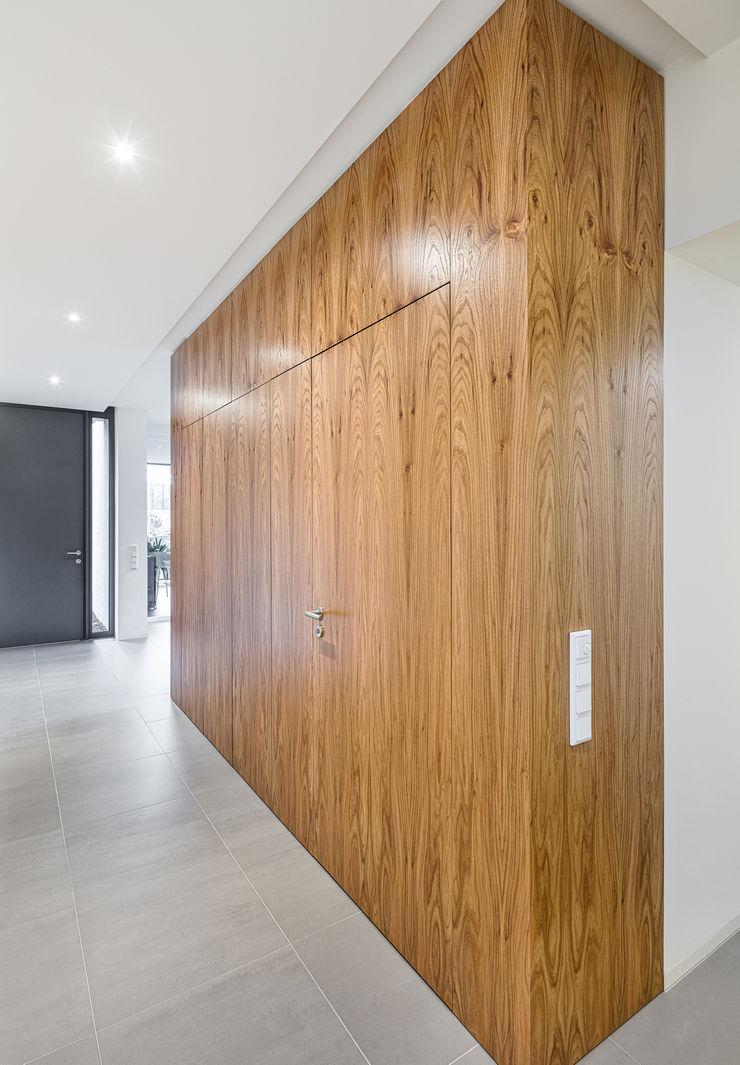Kubus im Eingangsbereich ZHAC / Zweering Helmus Architektur+Consulting Flur, Diele & TreppenhausAufbewahrungen Holz Braun