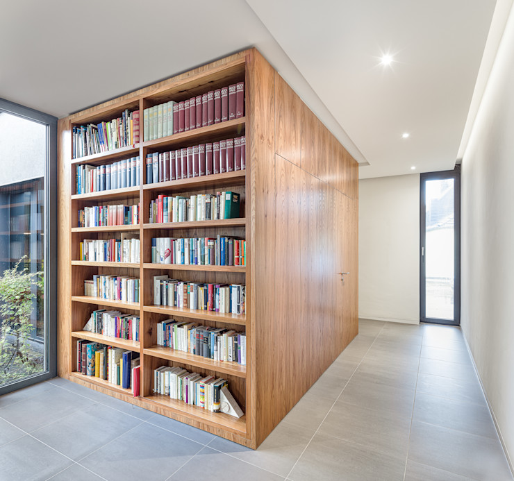 Bücherregal als Teil des Kubus ZHAC / Zweering Helmus Architektur+Consulting WohnzimmerSchränke und Sideboards Holz Braun