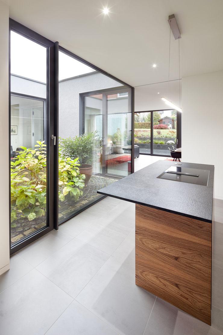 Küche mit Blick in den Patio ZHAC / Zweering Helmus Architektur+Consulting Einbauküche Holz Schwarz