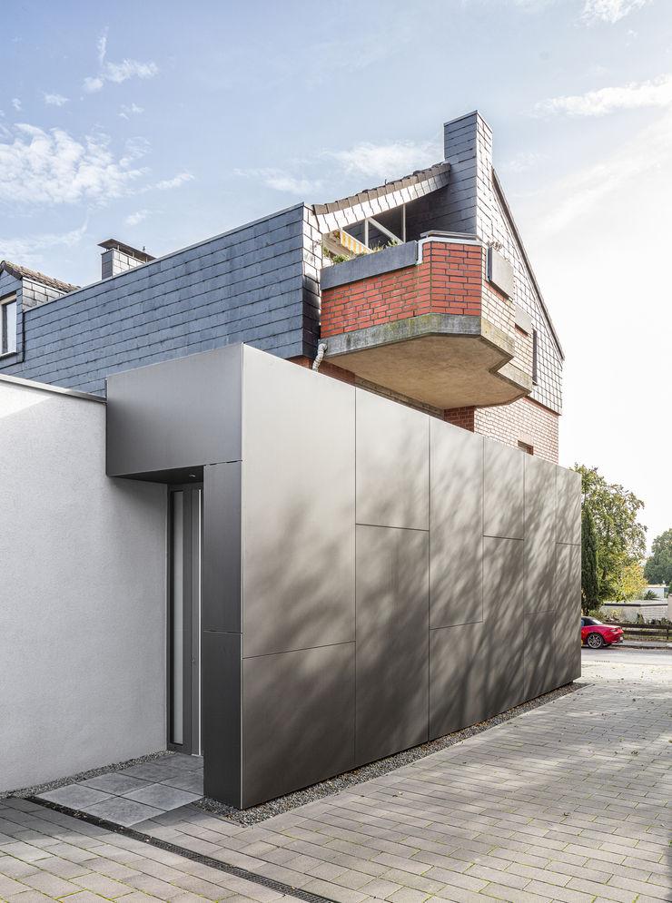 Eingang zur Erdgeschosswohnung ZHAC / Zweering Helmus Architektur+Consulting Mehrfamilienhaus Holzwerkstoff Schwarz