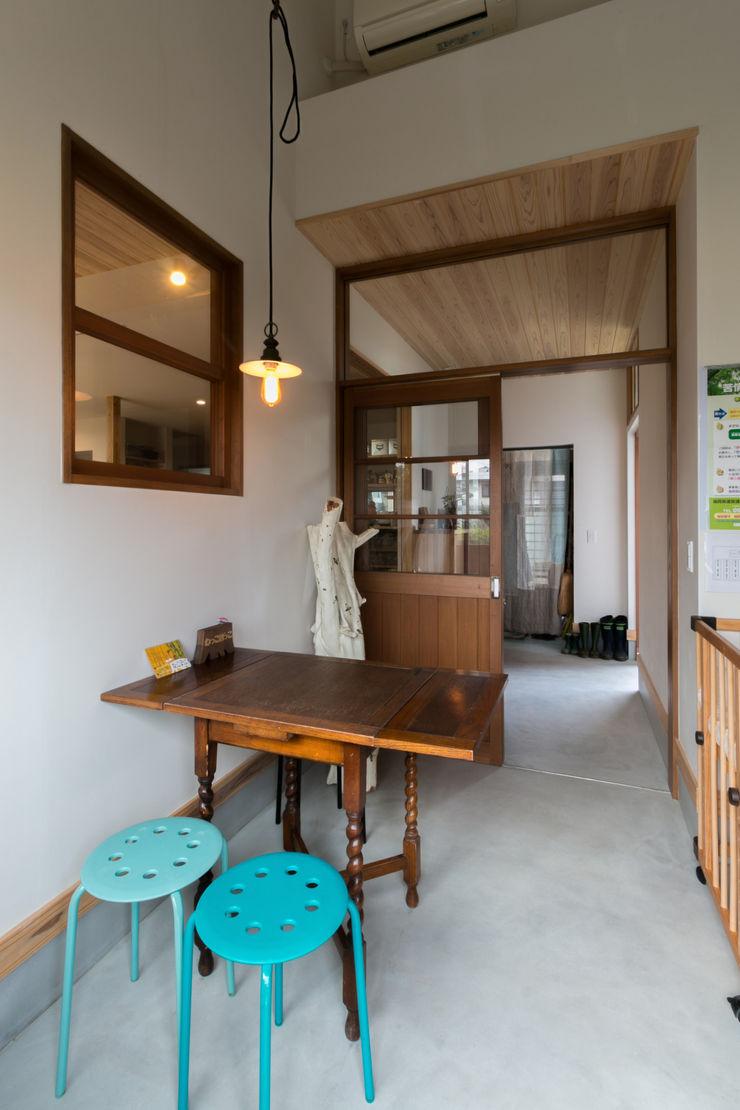 環アソシエイツ・高岸設計室 Colonial style corridor, hallway& stairs