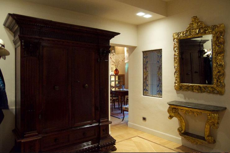 Restauro in palazzo storico Simona Muzzi Architetto Ingresso, Corridoio & Scale in stile classico