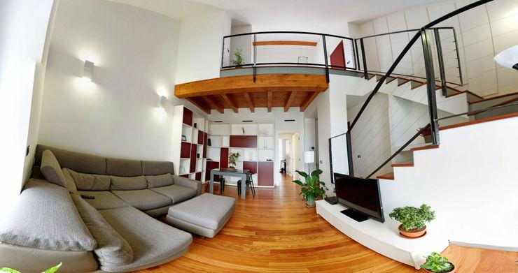 Vista del soggiorno con soppalco C.M.E. srl Soggiorno moderno