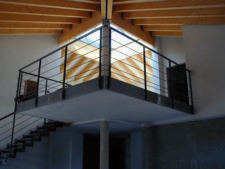 Vista dal basso del soppalco C.M.E. srl Soggiorno moderno