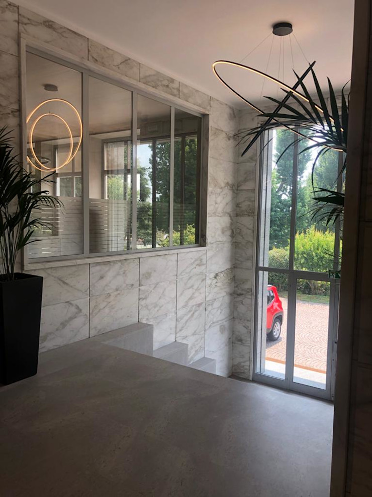Dettaglio arredo ingresso uffici C.M.E. srl Ingresso, Corridoio & Scale in stile moderno