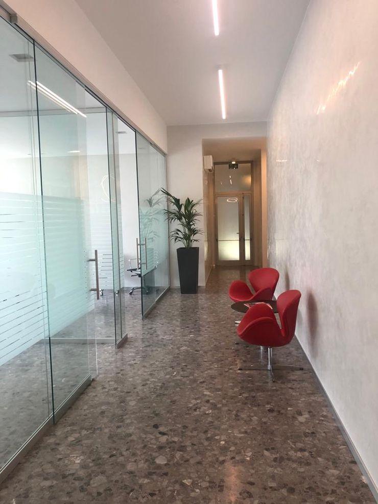 Dettaglio arredo corridoio C.M.E. srl Ingresso, Corridoio & Scale in stile moderno