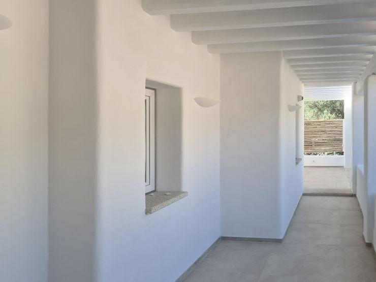 Architetto Alessandro spano 지중해스타일 발코니, 베란다 & 테라스 화이트