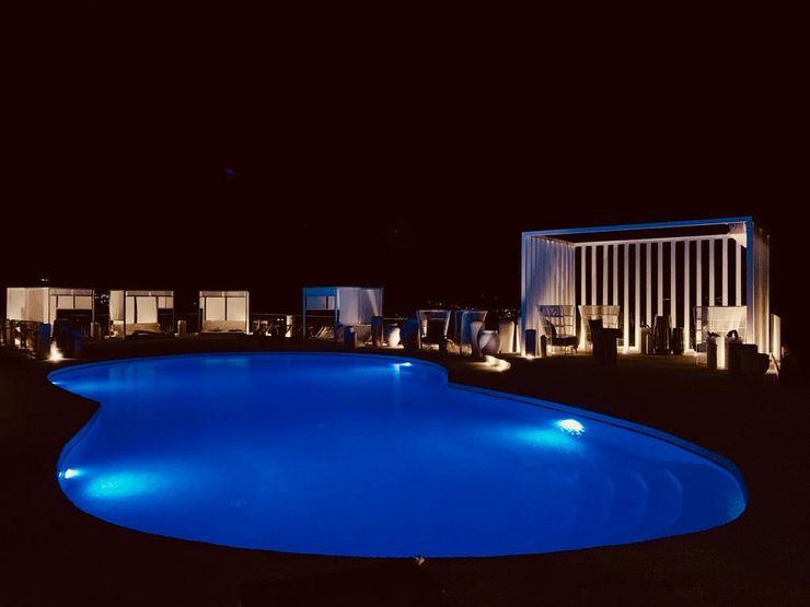 Swimming pool at night ROMAZZINO C.S. SERVICE SRL Hotel moderni