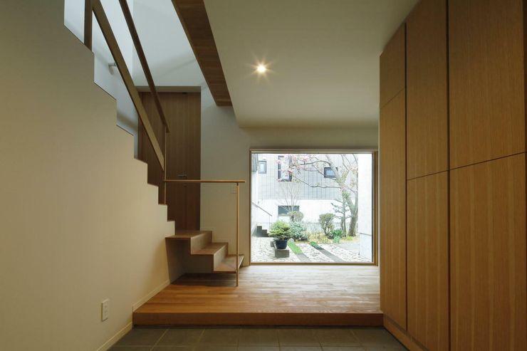 キタウラ設計室 Pasillos, vestíbulos y escaleras eclécticos