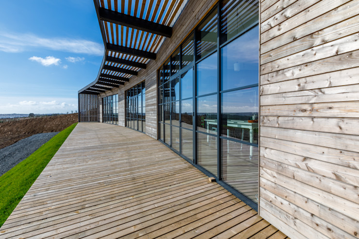 Wooden patio on sustainably built home Arco2 Architecture Ltd Modern balcony, veranda & terrace