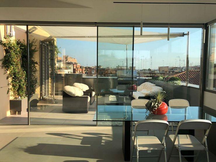 Terrazza_Casa G. archroom Balcone, Veranda & Terrazza in stile moderno Grigio