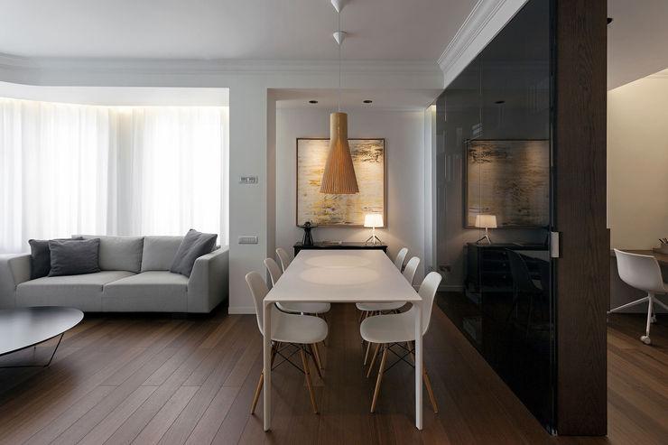 Zona de día compuesta por el salón, comedor y zona del estudio MANUEL GARCÍA ASOCIADOS Comedores de estilo moderno Marrón