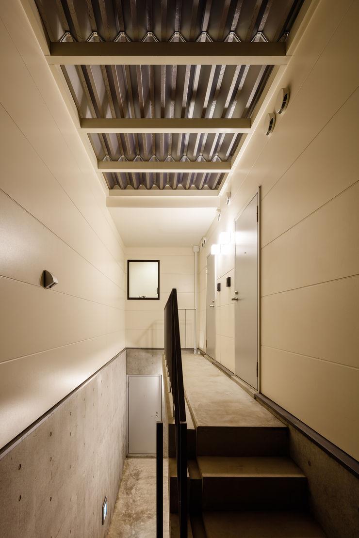 明大前の賃貸併用二世帯住宅 設計事務所アーキプレイス 北欧スタイルの 玄関&廊下&階段 鉄筋コンクリート 白色