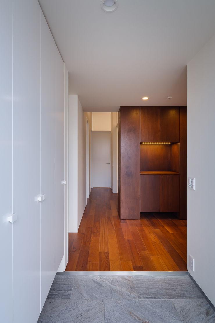 明大前の賃貸併用二世帯住宅 設計事務所アーキプレイス 玄関&廊下&階段収納 合板(ベニヤ板) 木目調