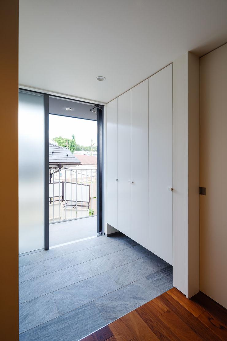 明大前の賃貸併用二世帯住宅 設計事務所アーキプレイス 玄関&廊下&階段収納 合板(ベニヤ板) 白色