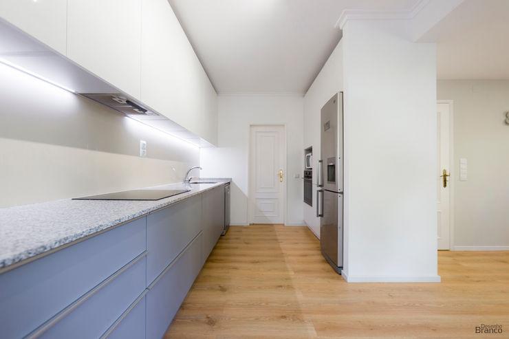 Cozinha com móveis altos em termolaminado. Desenho Branco Cozinhas modernas