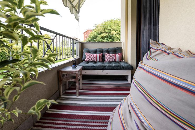 Essestudioarch Modern balcony, veranda & terrace Red