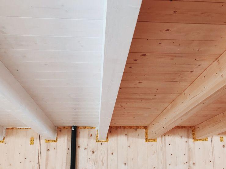 Solaio orizzontale con travi lamellari e perline. Kit Casa Italia Pareti & Pavimenti in stile moderno Legno Bianco